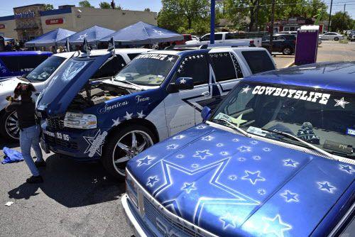 Camionetas decoradas con ilustraciones de los Cowboys fueron parte del desfile del Cinco de Mayo en Oak Cliff.