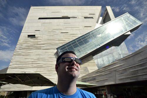 Thomas Close, del Museo Perot de Ciencia y Naturaleza, con gafas solares para eclipses. El Perot será uno de varios lugares donde se podrá tener una experiencia colectiva con el eclipse. BEN TORRES/DMN