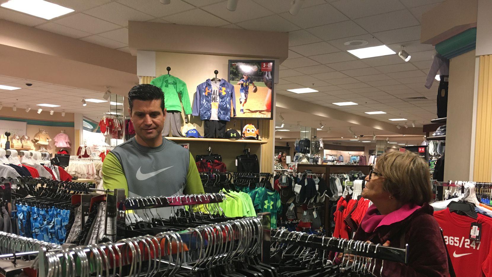 César Robles y su madre Luz Martínez de Chihuahua, Chihuahua, compran en un mall en El Paso.