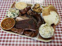 Un platillo con brisket, salchicha de quedo y jalapeño, pavo, costillas y acompañantes que se sirve en Goldee's Barbecue en Fort Worth.