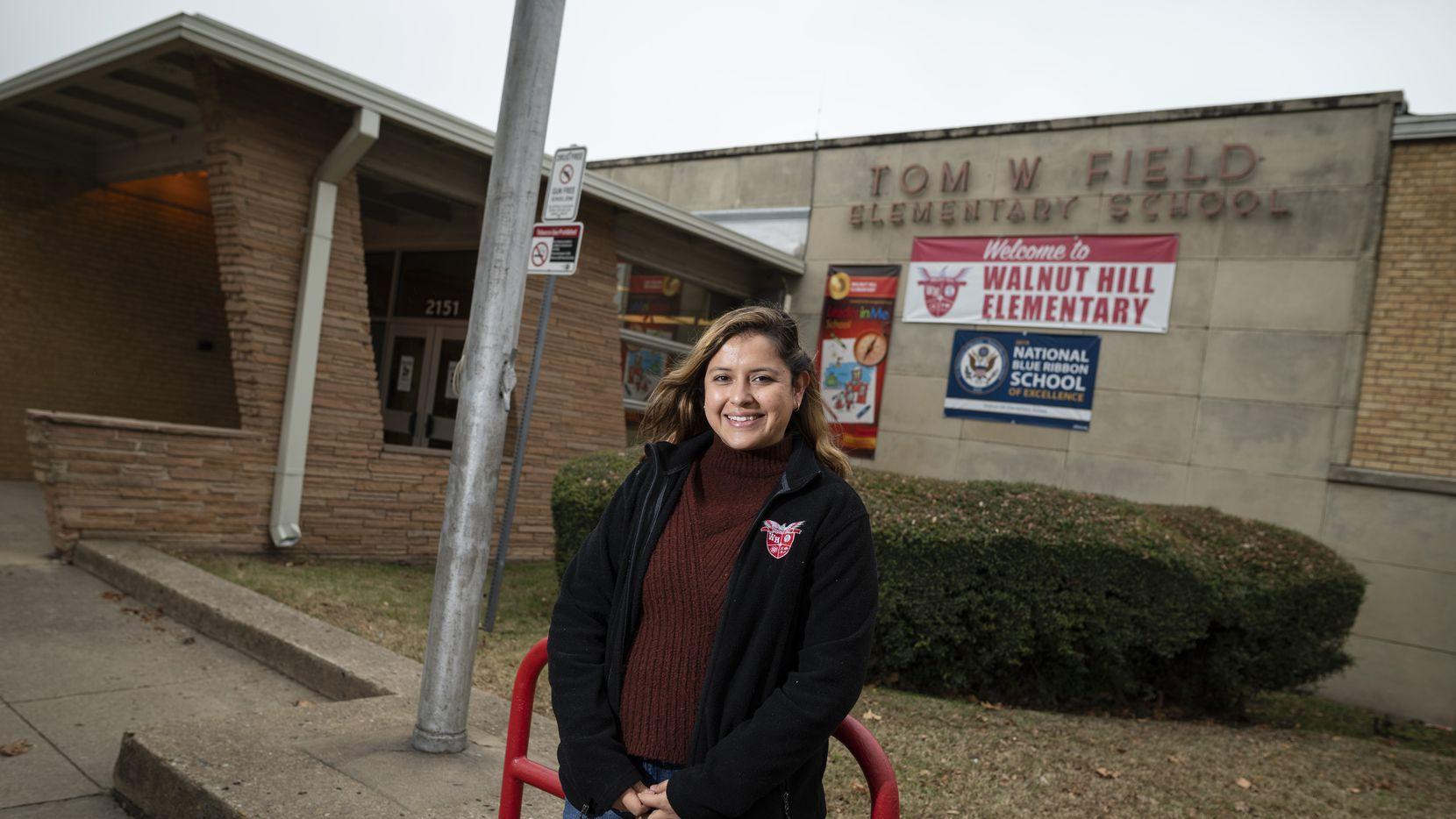 La maestra bilingüe María Díaz Ortiz en las afueras de la escuela Walnut Hill que es uno de los planteles del DISD que cuenta con este programa.