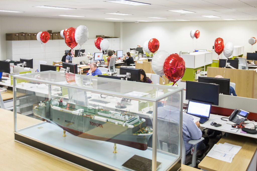 Balloons mark the desk of new arrivals in an area of workstations furnished by Hayworth. (Smiley N. Pool/The Dallas Morning News)