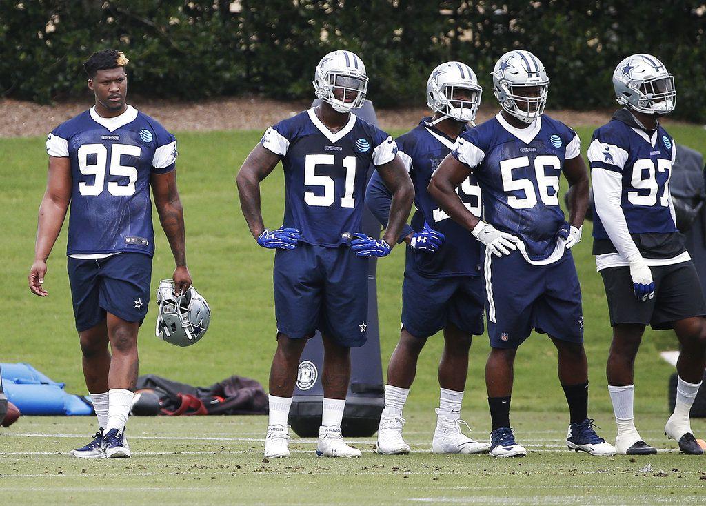 El defensive lineman David Irving (95) de los Cowboys de Dallas sostiene su casco durante un entrenamiento del equipo en Frisco, Texas, el martes 12 de junio de 2018. (AP Foto/Brandon Wade)