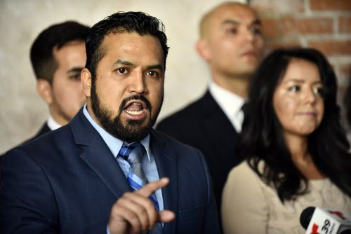 Ramiro Luna (izq.) interviene durante la rueda de prensa  en la que varios líderes latinos respaldaron a los dreamers. A la der. la legisladora Victoria Neave.