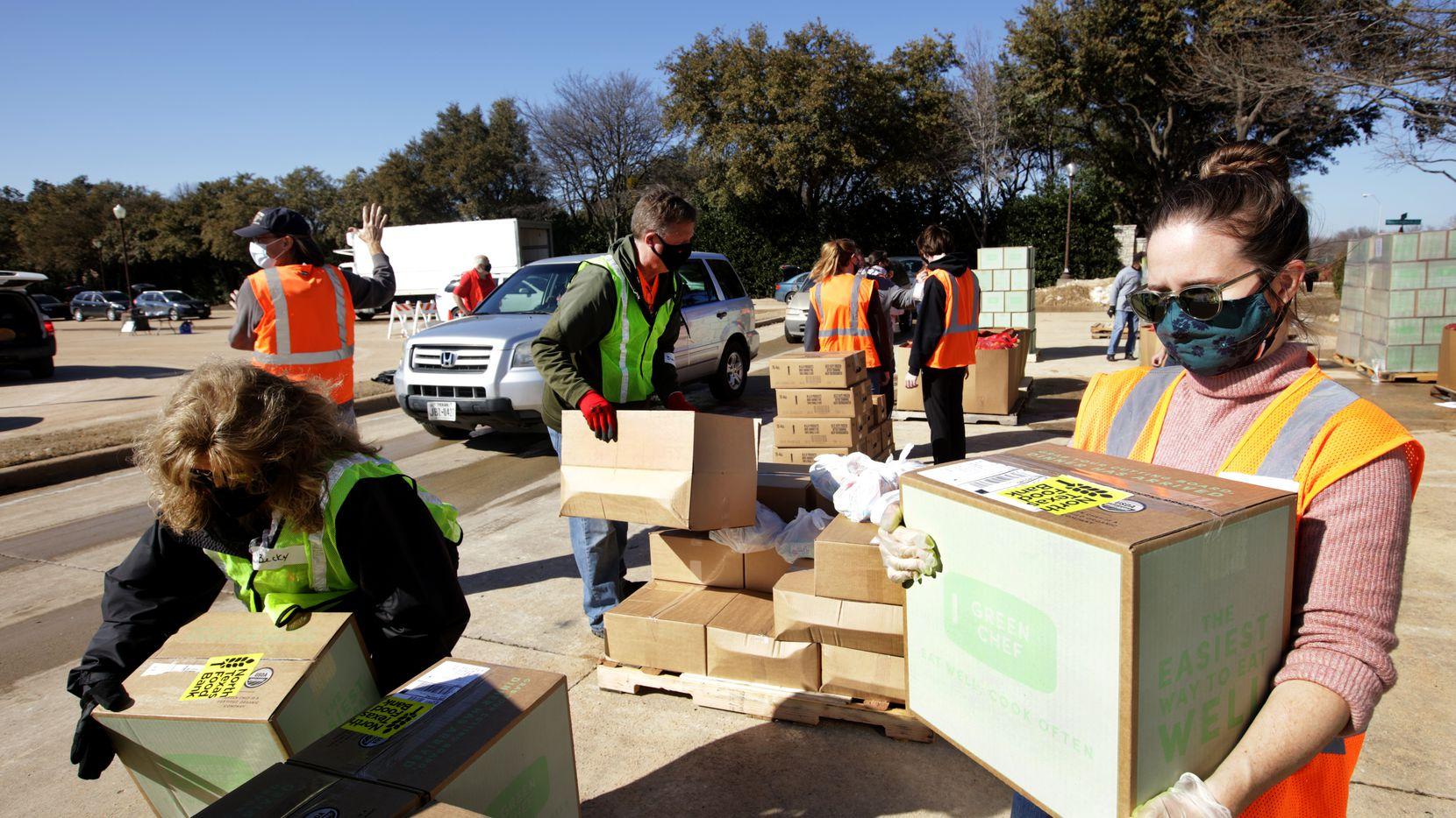 Miembros del North Texa Food Bank realizaron una entrega de comida en Grace Church en Plano el sábado pasado.
