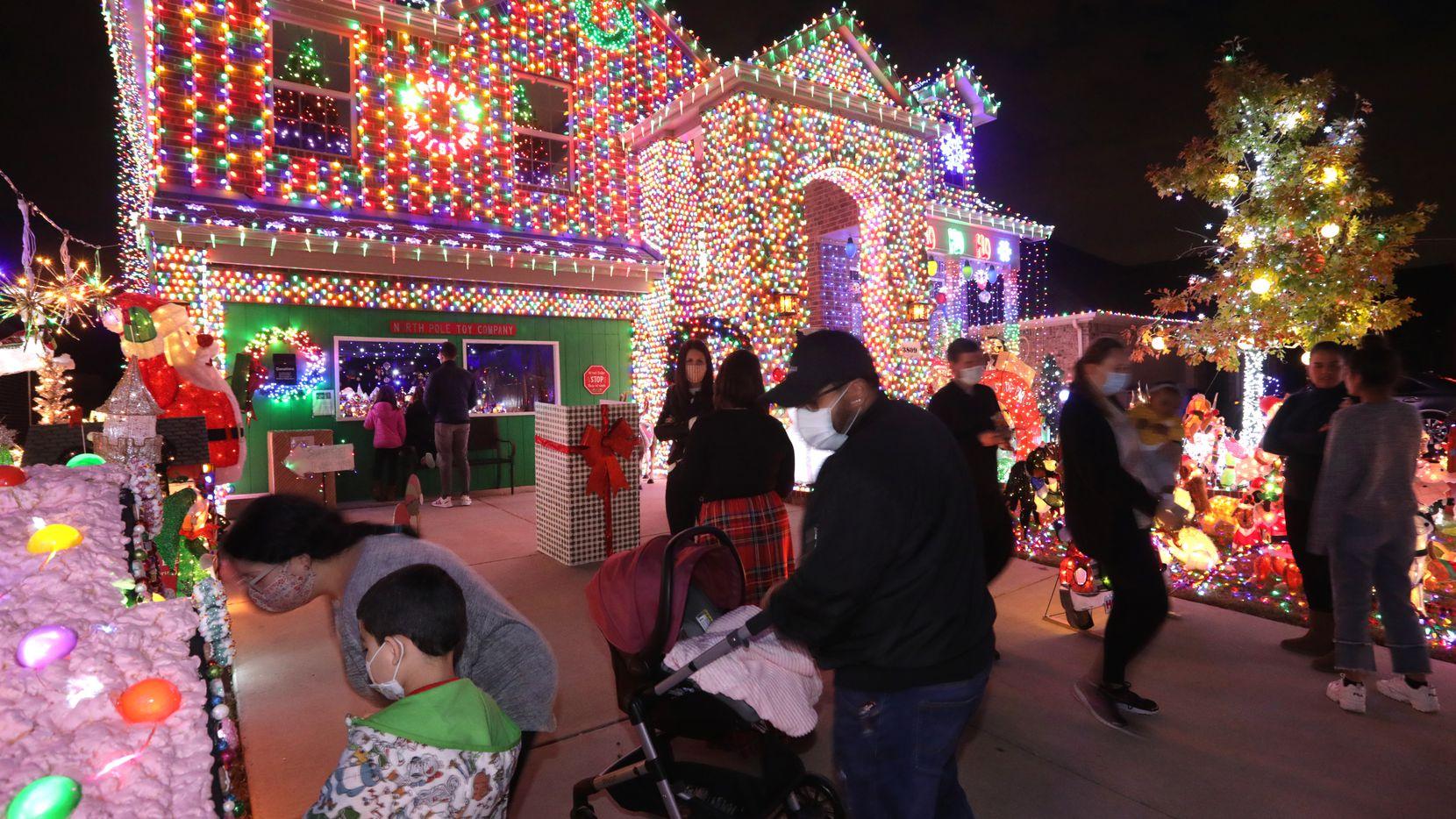 Visitantes admiran las decoraciones de Navidad de la familia Burkman en Frisco, el 5 de diciembre de 2020.