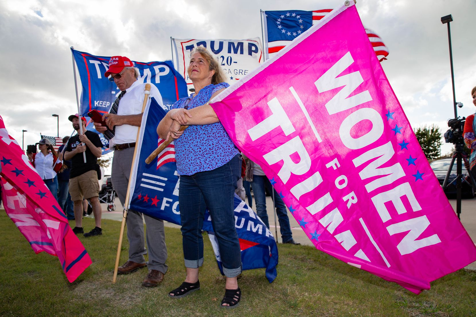 Dolly Stickney sostiene un cartel que dice 'Mujeres por Trump' durante el evento America is Great en Rockwall, el domingo 8 de noviembre.