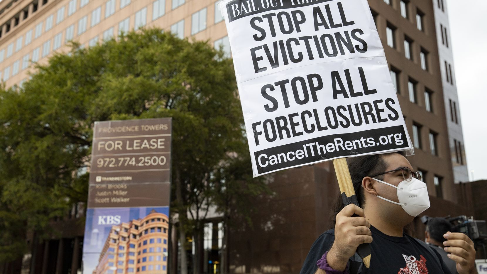 Daniel Hernández protesta en las afueras de una oficina del senador John Cornyn en Dallas para evitar desalojos de viviendas en septiembre pasado.
