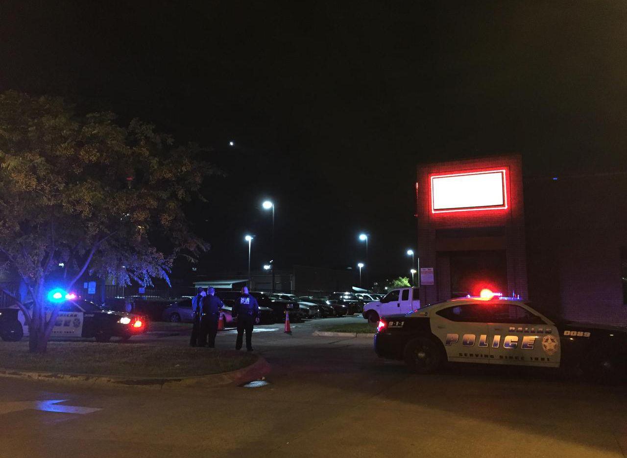 La escena afuera del Kalúa Discoquete, en la West Northwest Highway, donde el policía Ed Luján fue atropellado por un sospechoso al ser expulsado del bar.  (DMN/CLAIRE Z. CARDONA)