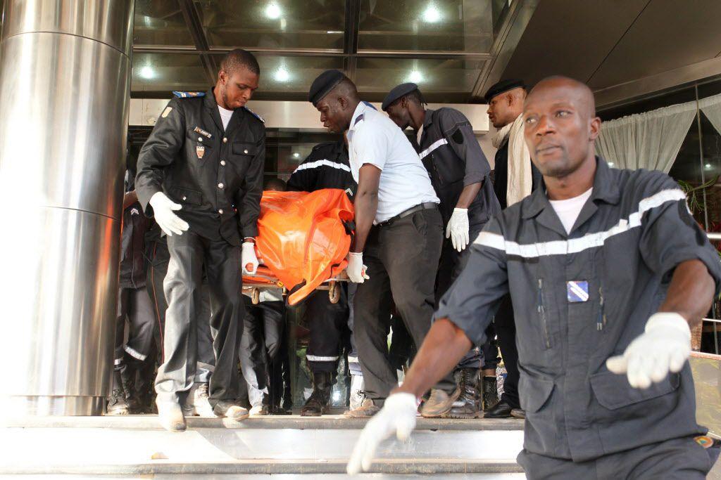 Un grupo de agentes de seguridad evacúan a víctimas del hotel Raddison Blu, en Bamako, Mali. (AFP/GETTY IMAGES/HABIBOU KOUYATE)