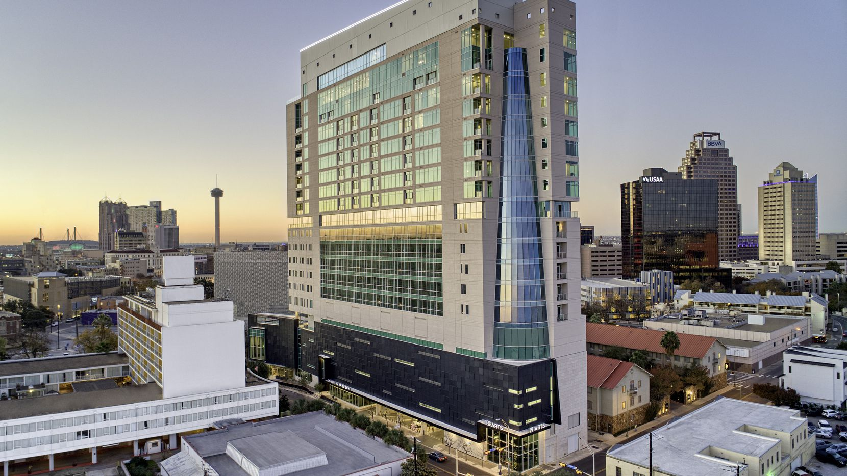 The Thompson San Antonio offers travelers a luxurious respite with modern art, handstitched leather furnishings and warm textiles that call to mind the city's vibrant heritage.