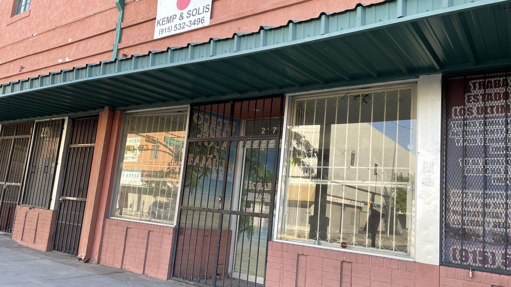 Fachada de un negocio de corte de cabello que dejó de operar en la Calle El Paso, en el distrito comercial del centro de El Paso, cerró durante la pandemia ante la baja de clientes que cruzan desde Ciudad Juárez, México.