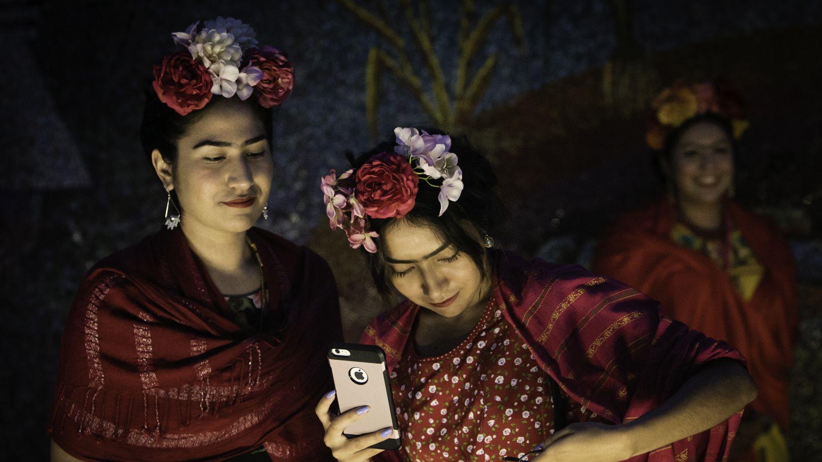 Las hermanas Grecia e Ilse Rangel asistieron a el evento en el museo de Artes de Dallas en julio 6, 2017 participando en un evento que también buscaba romper el récord de el mayor número de personas reunidas vestidas como la pintora mexicana Frida Kahlo.