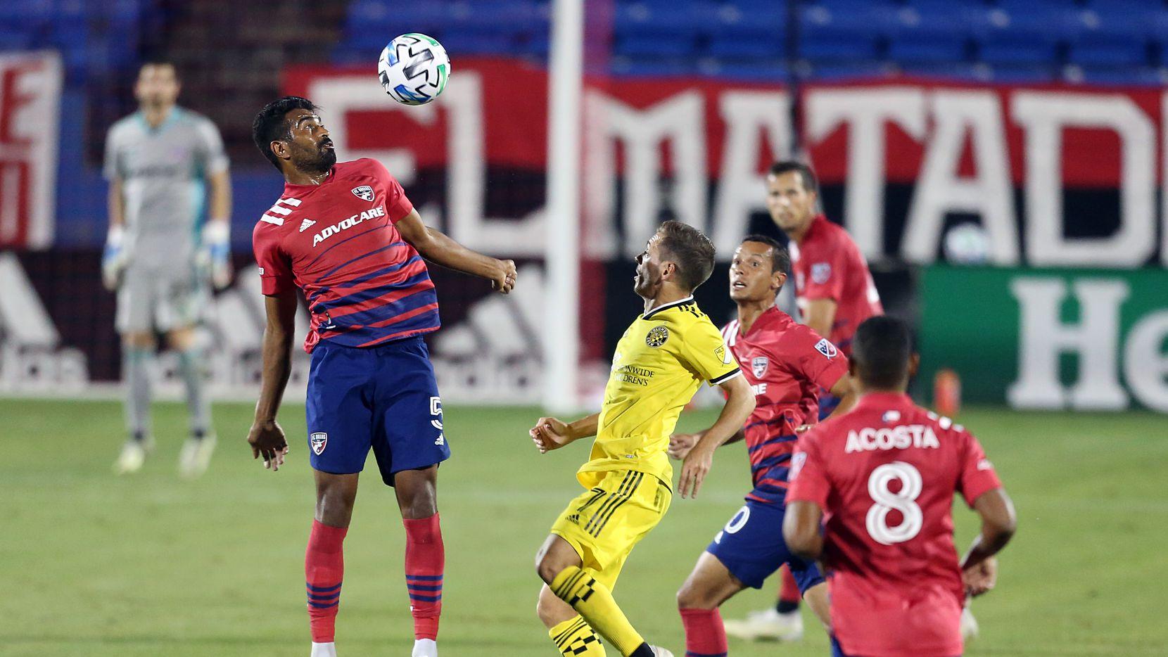 Thiago Santos (izq) controla un balón ante el Columbus Crew en el Toyota Stadium de Frisco, el 3 de octubre de 2020.