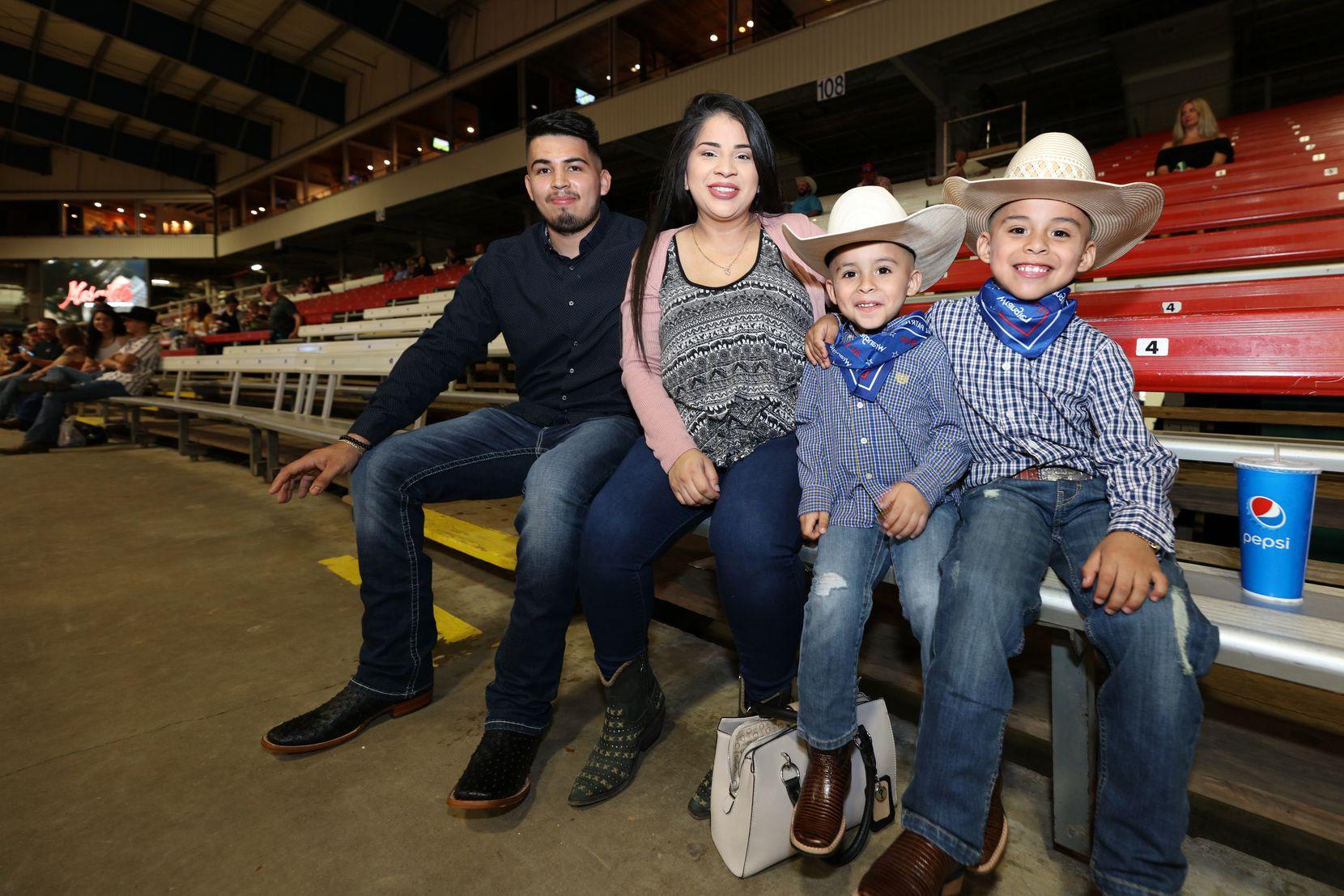 Víctor Cisneros y María Flores, junto a su familia, disfrutan del regreso al Rodeo de Mesquite, que abrió el sábado con capacidad limitada.