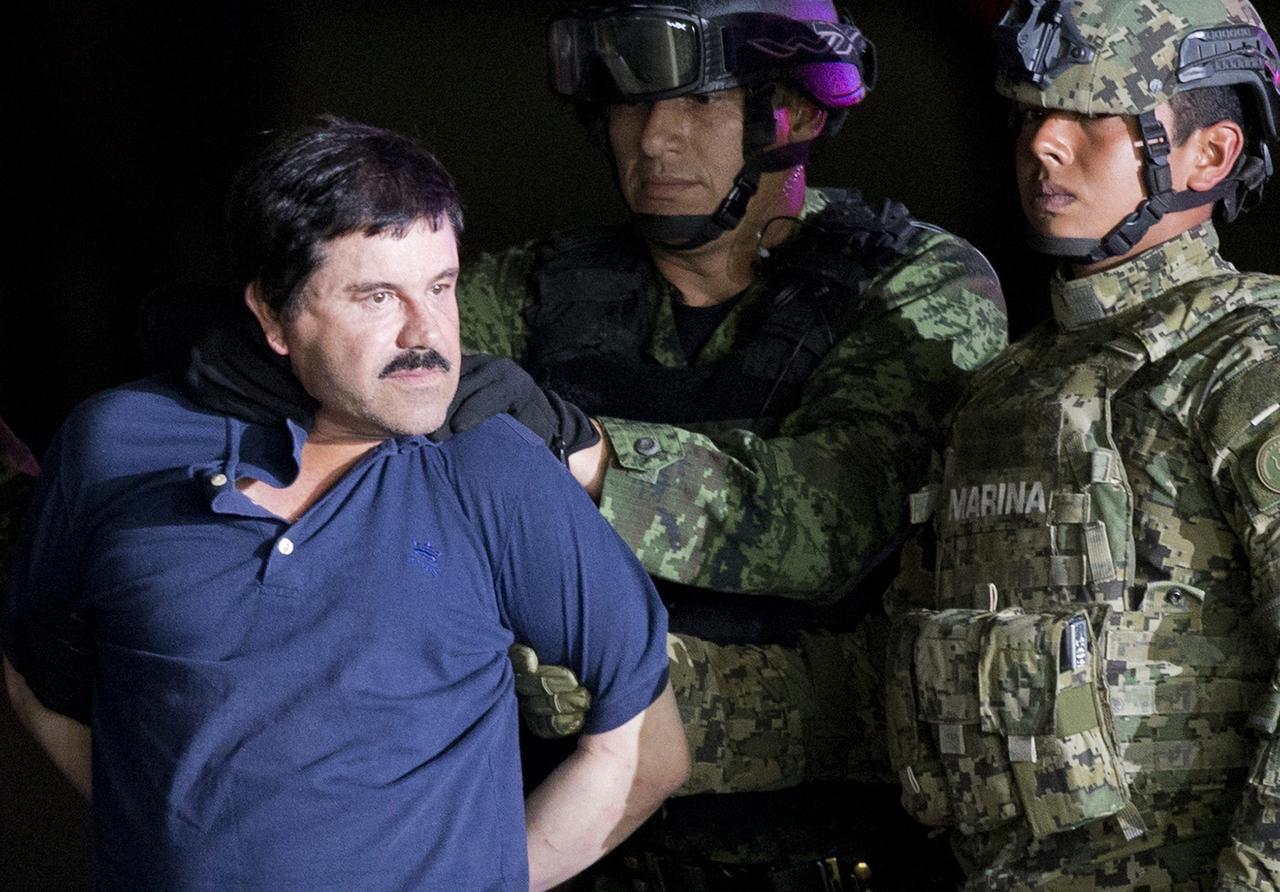 """En esta foto de archivo aparece Joaquín """"El Chapo"""" Guzmán mientras está siendo escoltado por soldados mexicanos en un hangar en la Ciudad de México. (AP/EDUARDO VERDUGO)"""