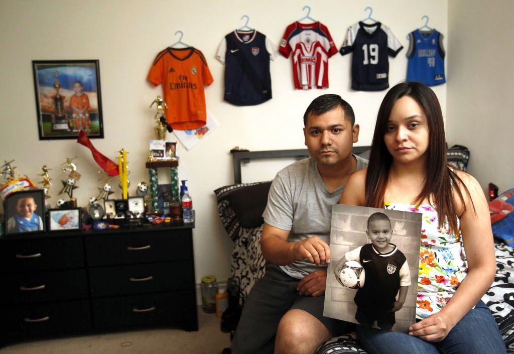 Salomón y Daniela Barahona posan junto a un fotografía de su hijo de 4 años, quien falleció tras una sobredosis de anestesia. (VERNON BRYANT/DMN)
