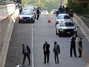 Investigadores realizan una pesquisa luego de que la policía disparó y mató a un individuo en Coit Road, al norte de la ciudad.