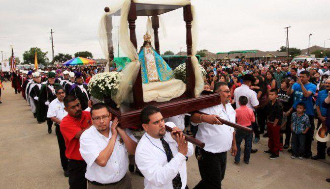 Fieles cargan la estatua de la Virgen de San Juan de los Lagos después de una misa en la Iglesia de Santa Teresita, en Dallas.(ARCHIVO)