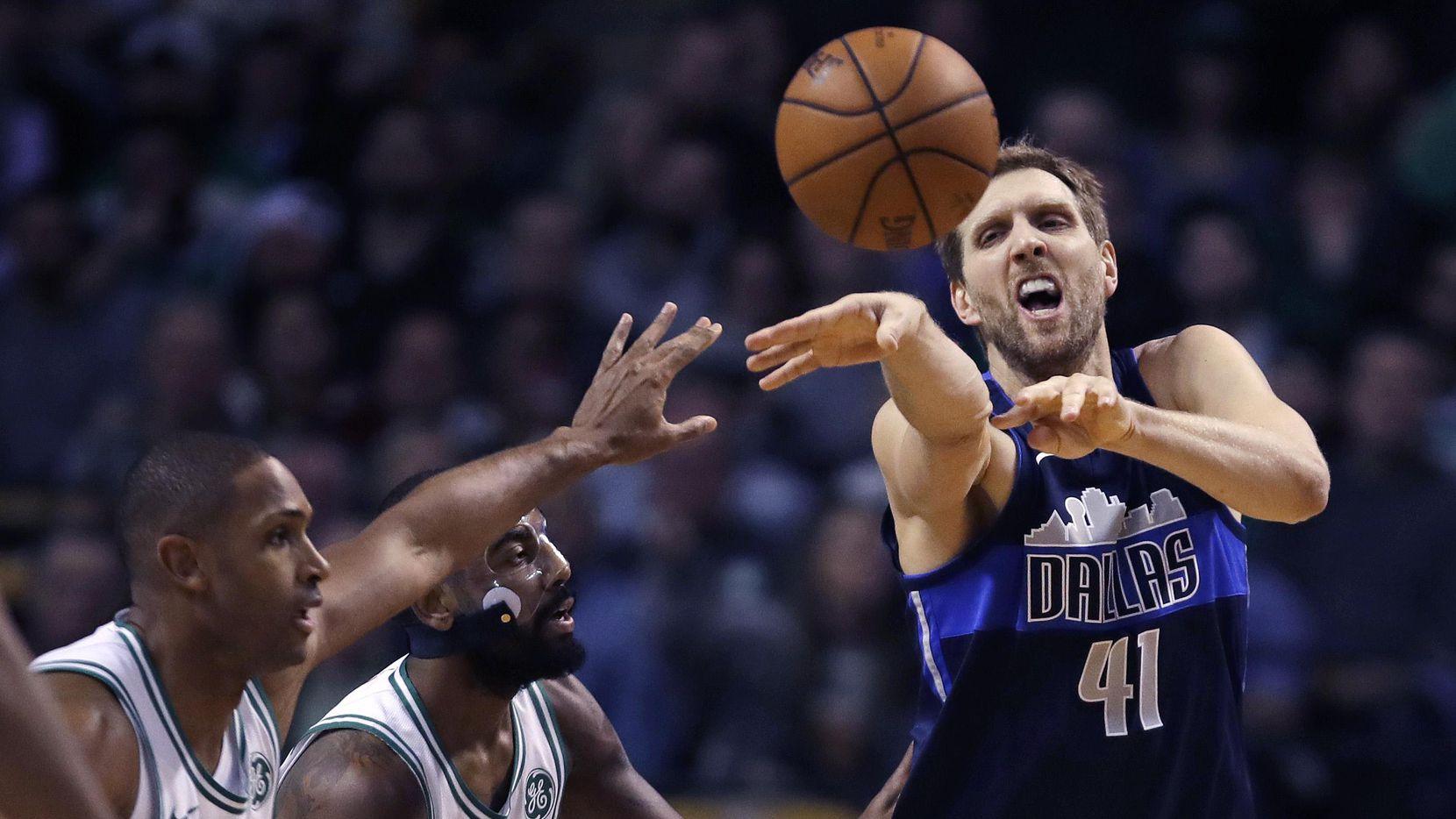 Dirk Nowitzki (41) firmó en 2016 un contrato por dos años más con Dallas. (AP/Charles Krupa)