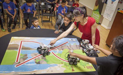 Casandra Espejel hace una demostración con los autos robóticos del campamento Robotix. RON HEFLIN/ESPECIAL PARA DMN