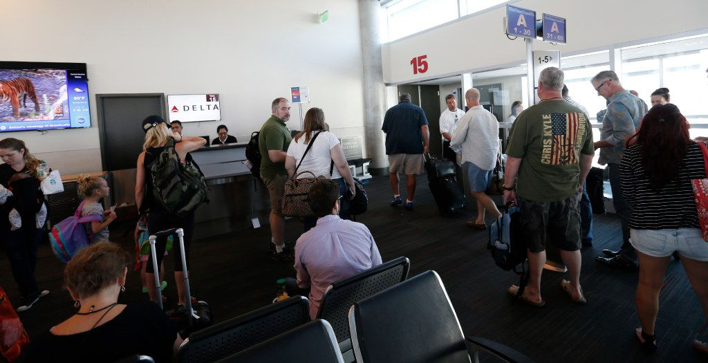 Passengers get to board at Delta flight at Dallas Love Field Airport in Dallas, Wednesday, June 29, 2016. (Jae S. Lee/The Dallas Morning News)