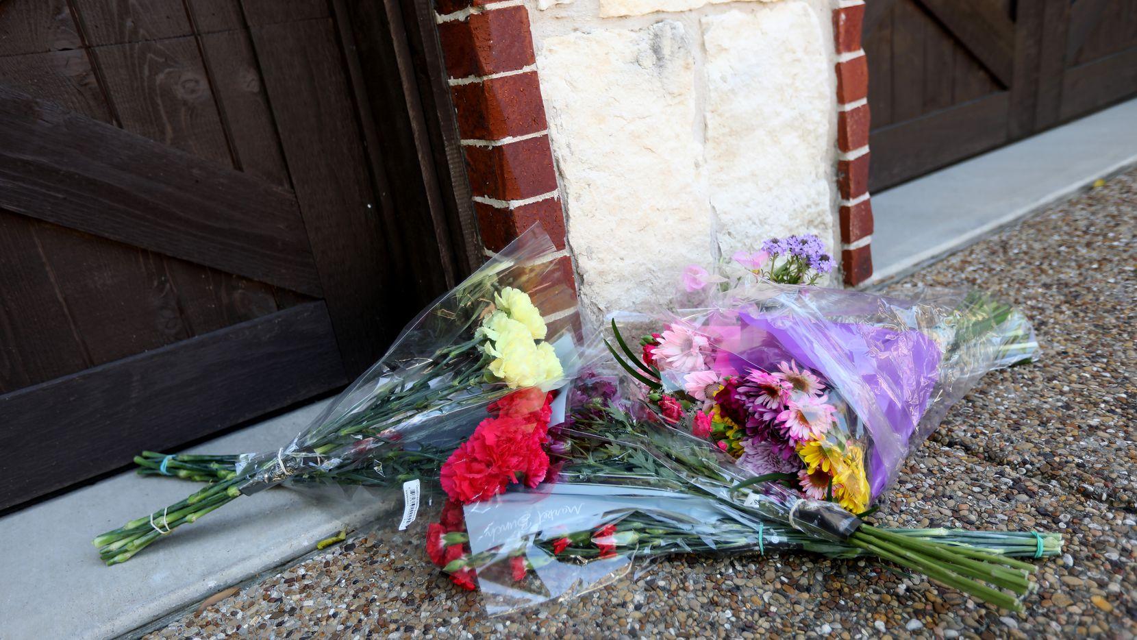 Dejan flores en la entrada de la casa ubicada en el 1847 Nueces Drive en Allen, Texas, el 25 de abril de 2021.