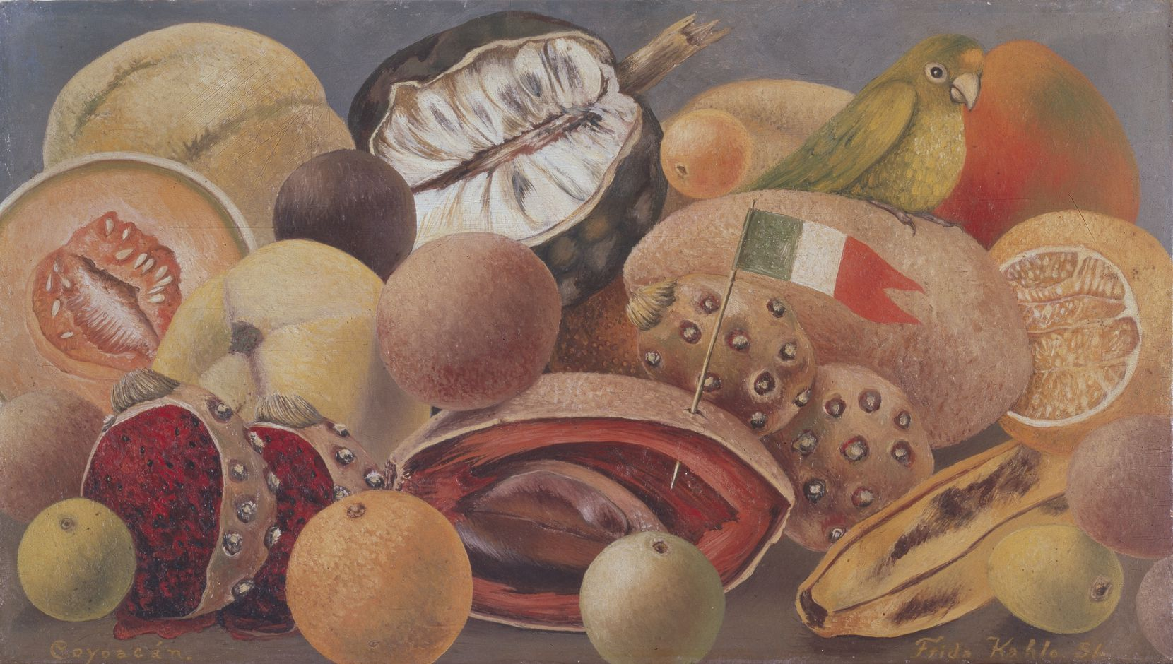 Frida Kahlo, Naturaleza muerta con loro y bandera, 1951, óleo sobre masonita, colección privada, cortesía de Galer a Arvil.  2021 Banco de México Diego Rivera Frida Kahlo Museums Trust, México, DF / Artists Rights Society (ARS), Nueva York