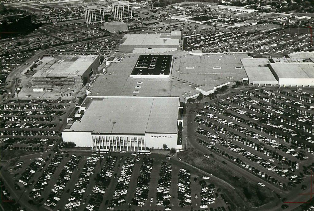 Valley View Center, before Christmas in 1982. (File Photo)