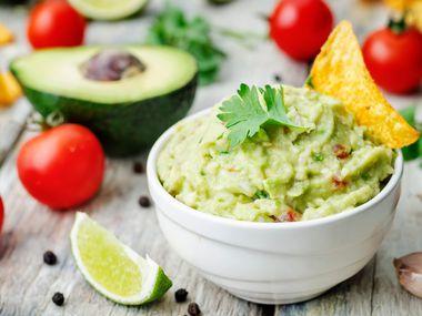 El tradicional guacamole es uno de los acompañantes favoritos en las reuniones para ver el Super Bowl.