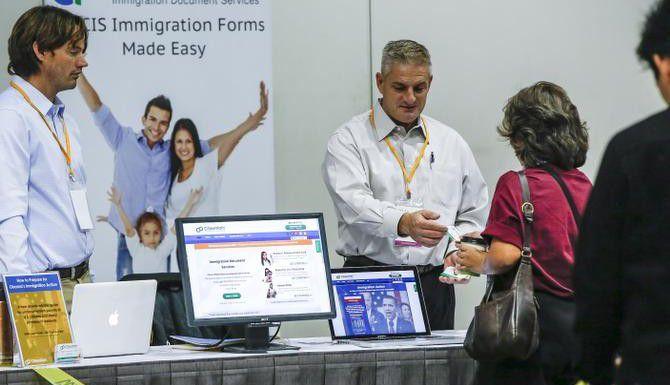 Inmigrantes asisten a un foro en Los Ángeles para informarse sobre las medidas de acción diferida. (AP/DAMIAN DOVARGANES)