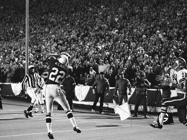 El receptor de los Dallas Cowboys, Lance Rentzel (19), se quedó esperando un pase de anotación mientras el esquinero de los St. Louis Cardinales, Roger Wehrli (22), realizaba una intercepción, el 17 de noviembre de 1970 en el Cotton Bowl de Dallas.