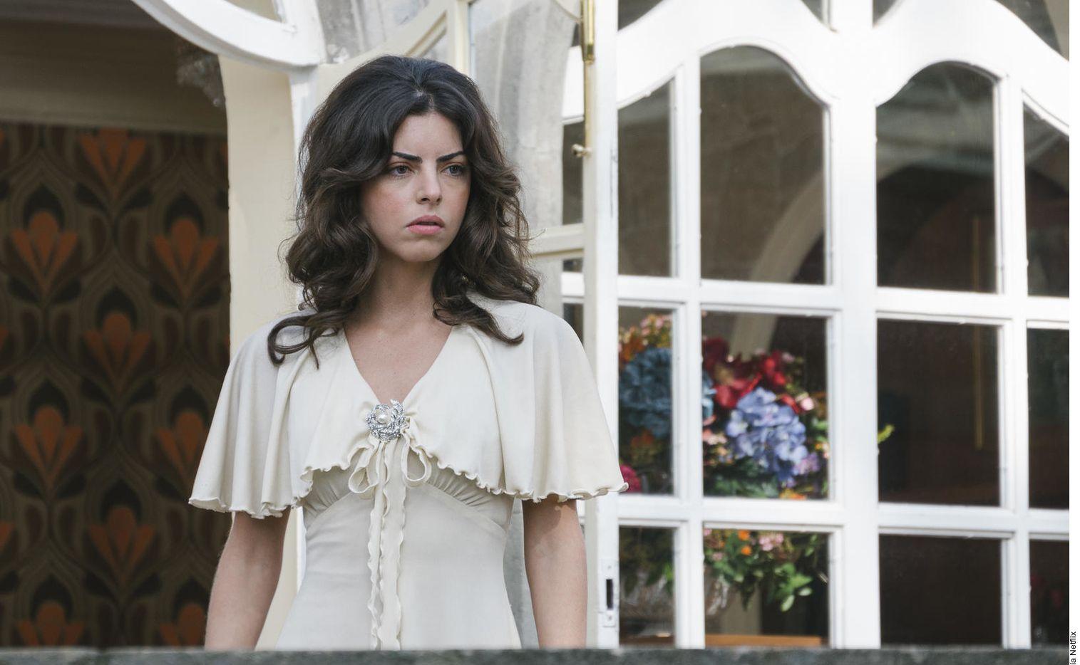 Isabel Burr interpreta a la versión joven del personaje encarnado por Verónica Castro al inicio del show.