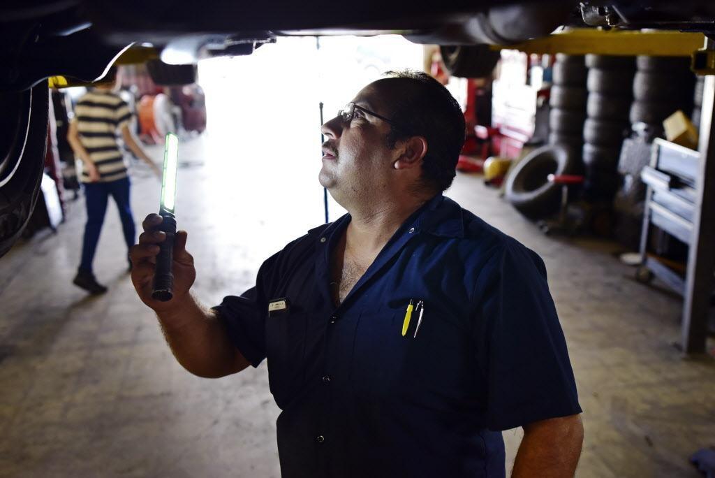 Joaquín Godínez revisa un vehículo en su taller mecánico. Con el futuro del TPS en duda, este salvadoreño se pregunta qué pasará con él y su familia. BEN TORRES/AL DÍA