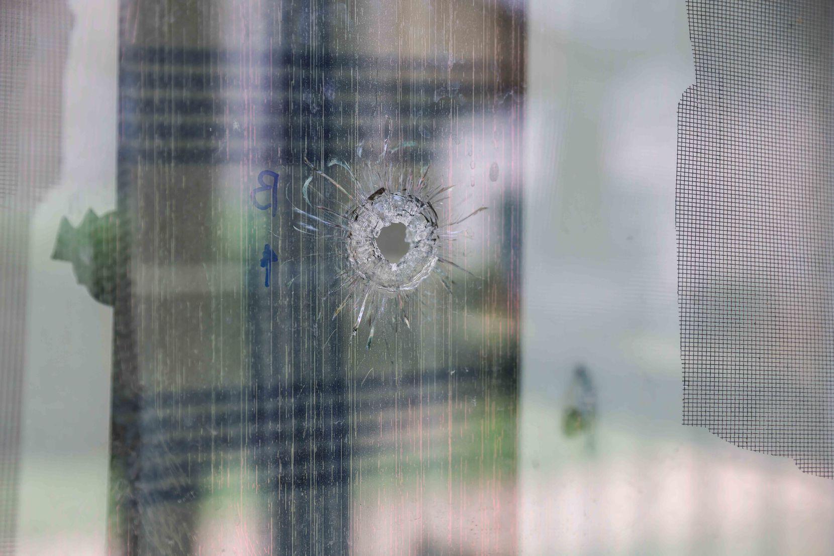 Uno de los hoyos hechos por disparos en la ventana del apartamento donde Hope Hensley fue atacada el lunes en Dallas.