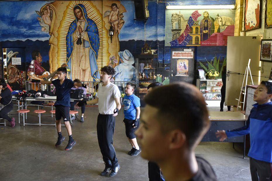Niños de todas las edades hacen ejercicio en el gimnasio de boxeo, en Casa Guanajuato.