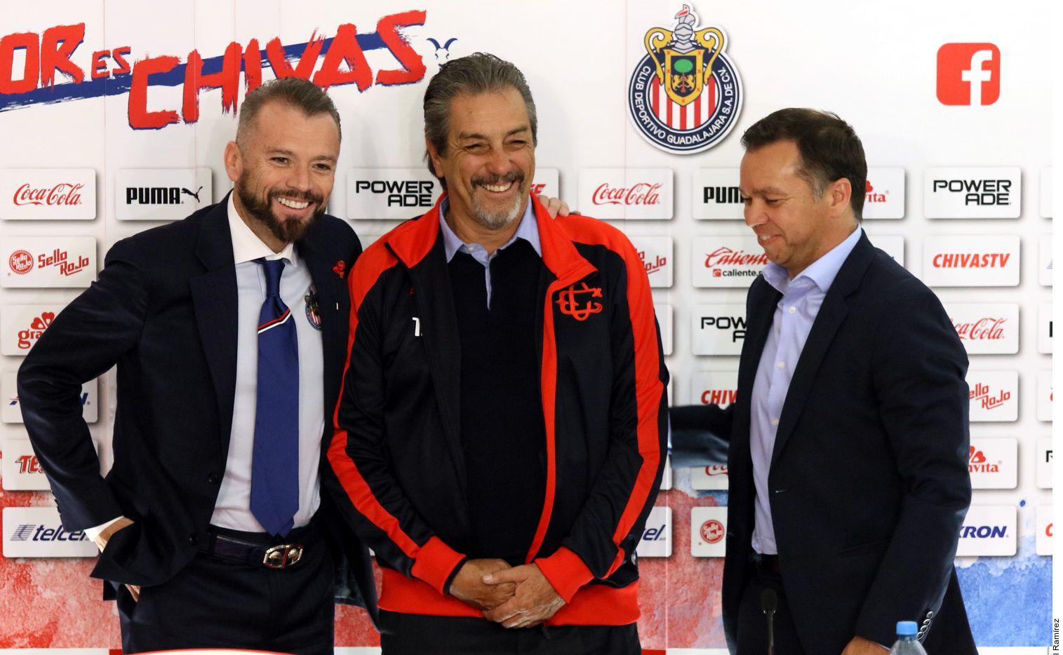 José Luis Higuera y Mariano Varela fueron los anfitriones de Tomás Boy en su presentación en el Estadio Akron./ AGENCIA REFORMA