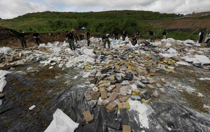 En esta fotografía de archivo, las autoridades ecuatorianas confiscan una carga de cocaína que se dirigía a las Islas Galápagos, un punto importante de tránsito en el trasiego de droga. Las autoridades ecuatorianos identificaron dos cárteles mexicanos operando en su territorio.