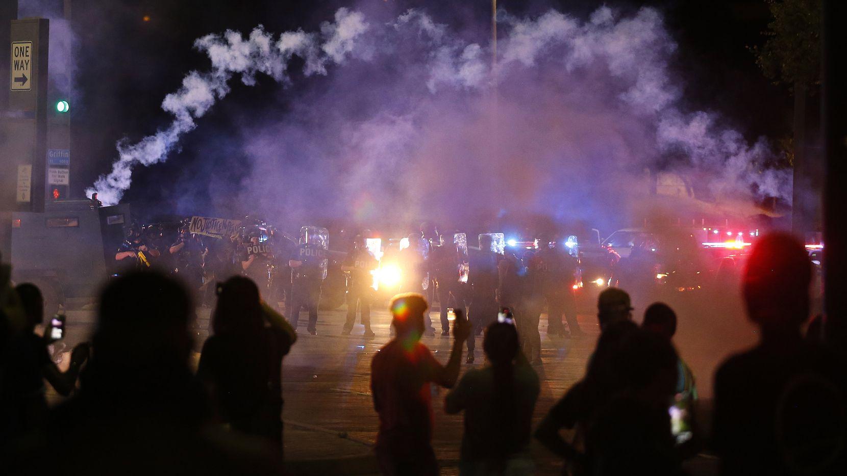 Varios depósitos de gas lacrimógeno fueron desplegados el viernes en la noche para dispersar a personas que empezaron a dañar patrullas de las Policía de Dallas, luego de una protesta pacífica.