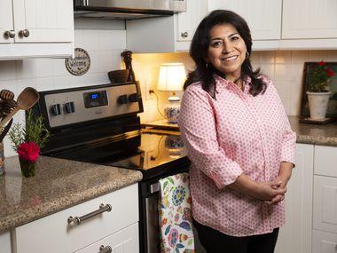 L'auteure locale Mely Martínez pose pour une photo dans sa cuisine le 10 septembre 2020 à Frisco.