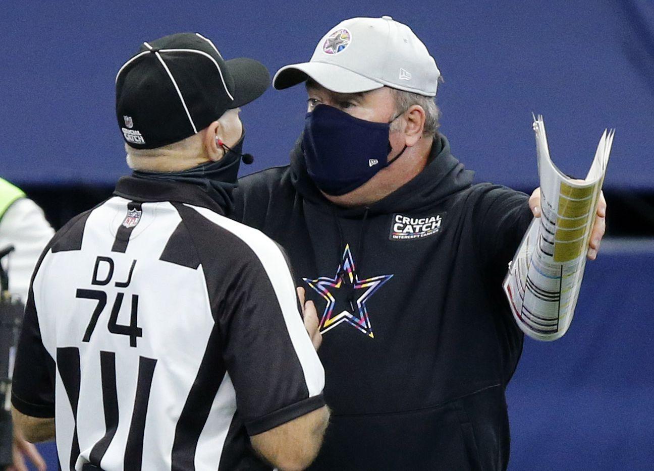 El entrenador en jefe de los Dallas Cowboys, Mike McCarthy, discute con un oficial durante el juego contra los Cleveland Browns, el 4 de octubre de 2020 en el AT&T Stadium de Arlington.