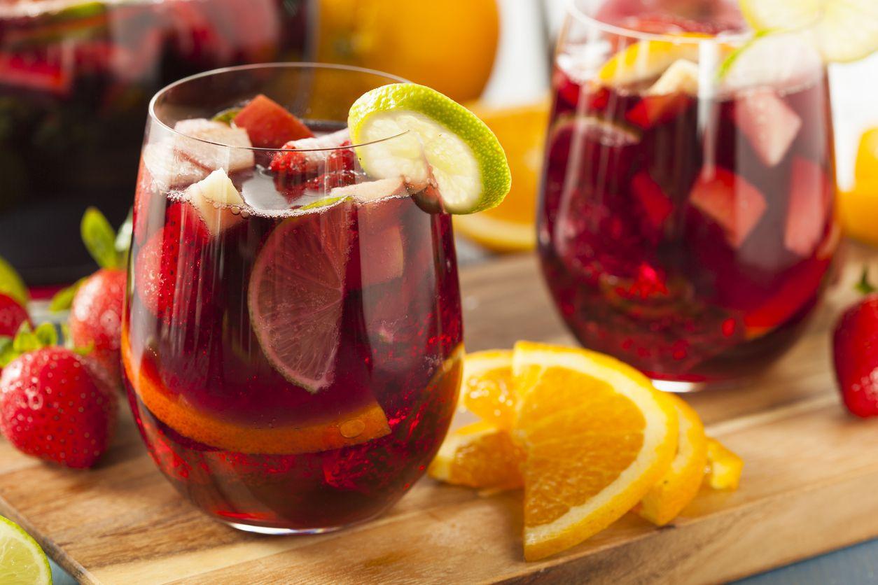 Cada vaso de ponche de frutas puede adornarlo con rebanadas de limón, de naranja o fresas picadas. iSTOCK