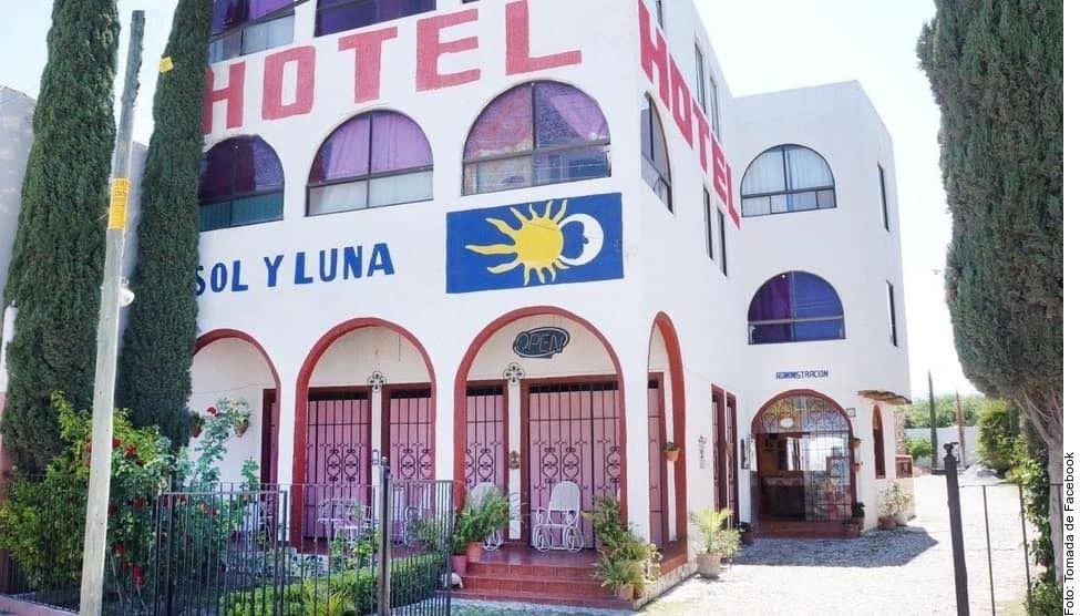 Un grupo de personas que se encontraba alojado en el hotel Sol y Luna del municipio Matehuala fue sacado por la fuerza la madrugada del martes por sujetos armados.