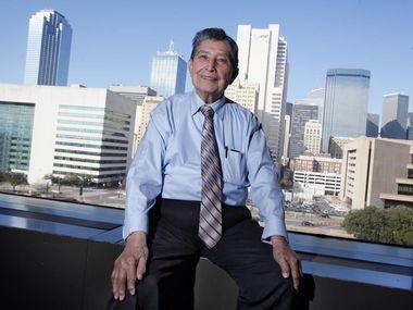 El activista y líder comunitario Trinidad Garza en el edificio de la alcaldía de Dallas. (ESPECIAL PARA AL DÍA/BEN TORRES)