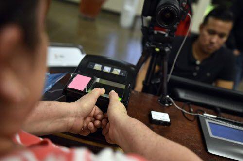 Claudia Leal registra sus huellas dactilares como parte del proceso para inscribir a los últimos votantes mexicanos en Dallas. BEN TORRES/AL DÍA