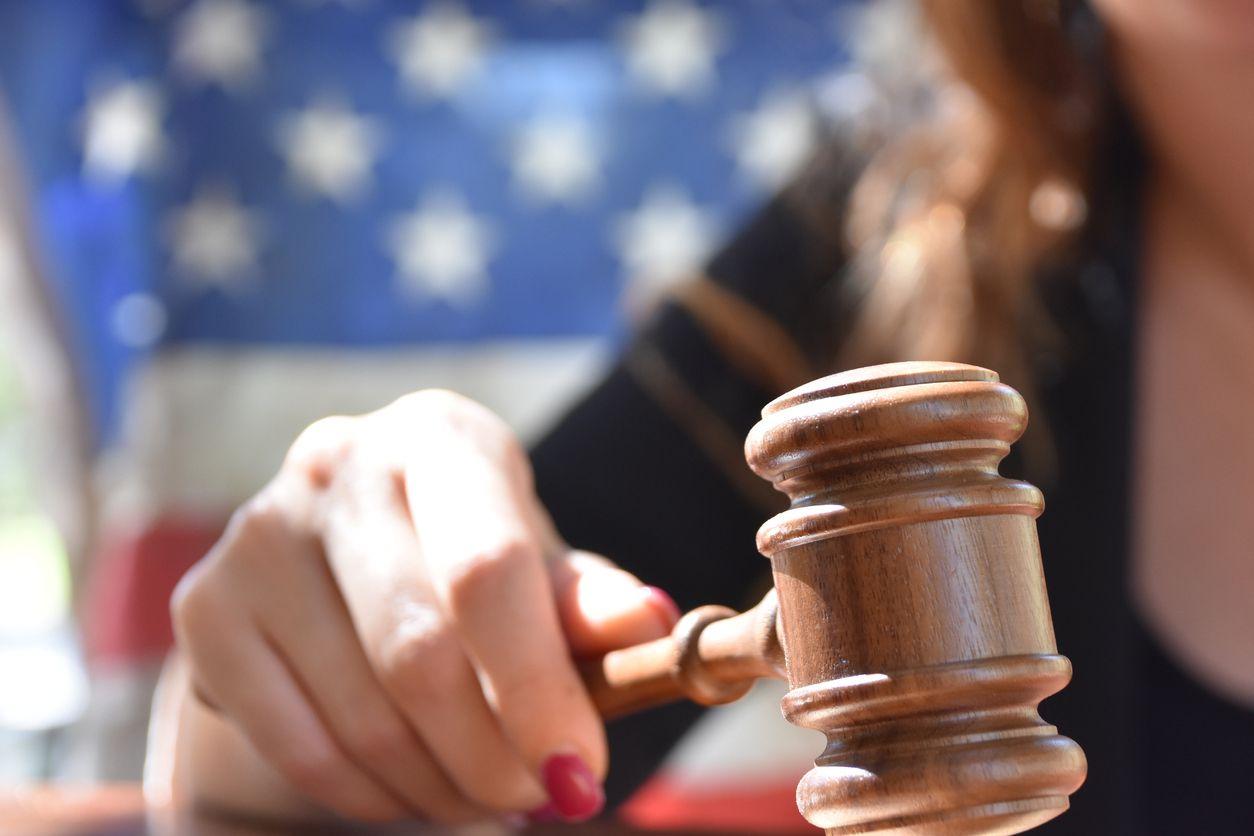 Una jueza emite un fallo de la corte.