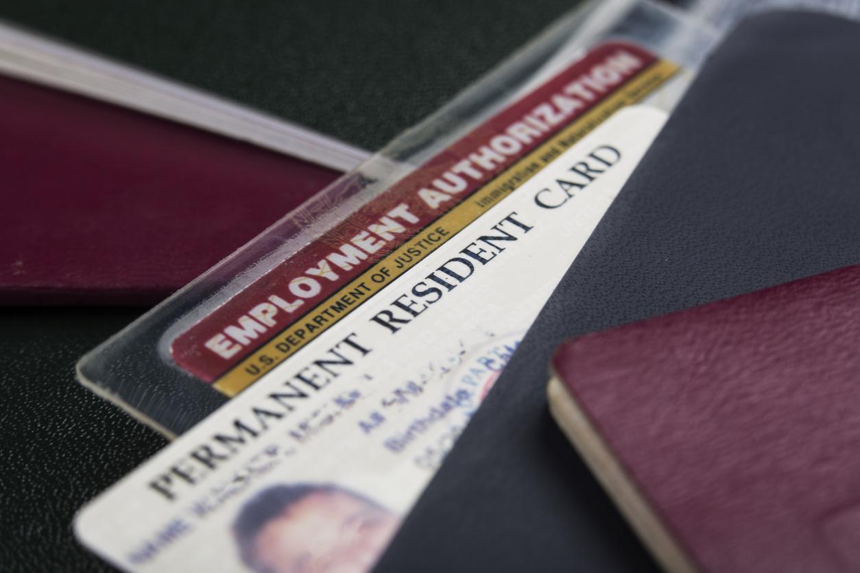 Tarjeta de autorización laboral de un solicitante de residencia permanente.(GETTY IMAGES)