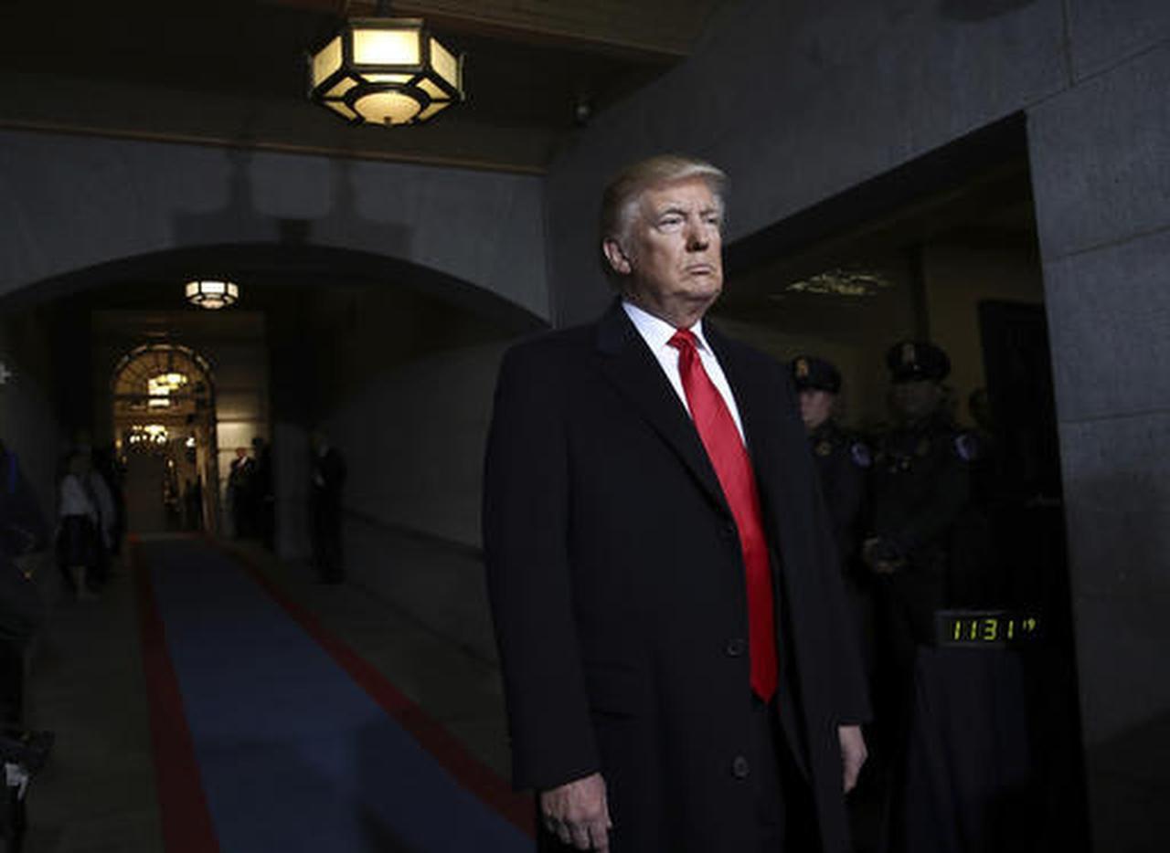 El entonces presidente electo (ahora presidente) Donald Trump, llega al Capitolio el viernes, 20 de enero, en Washington D.C. (AP/WIN MC NAMEE)