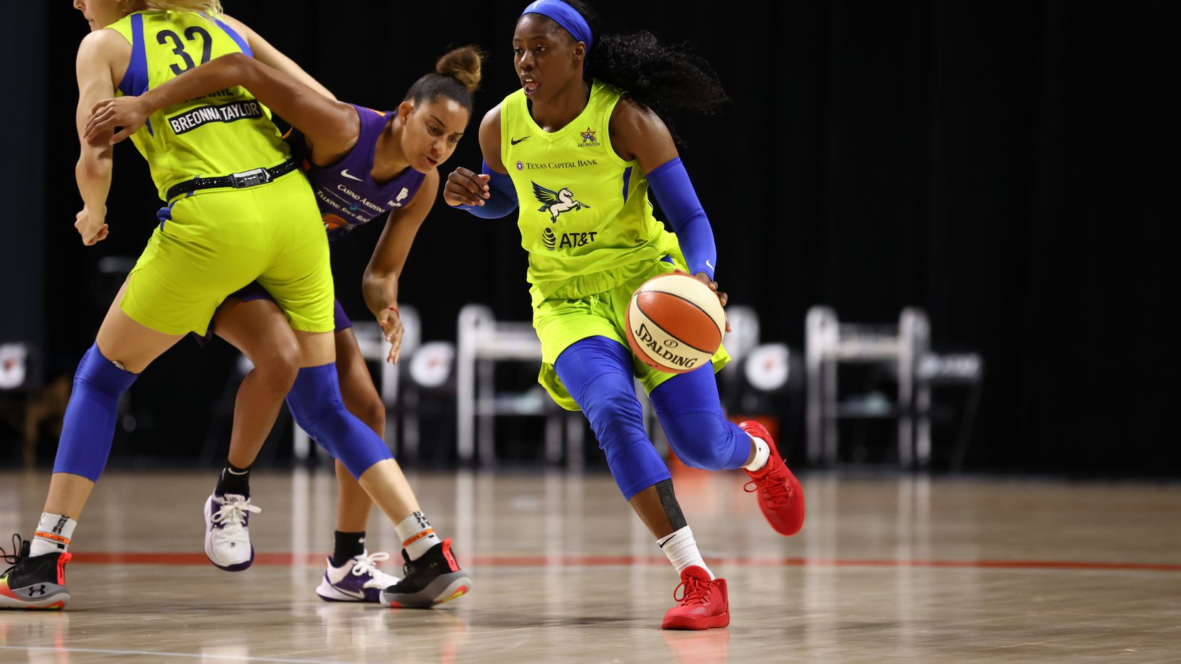 PALMETTO, FL - AUGUST 16: Arike Ogunbowale #24 of the Dallas Wings handles the ball against the Phoenix Mercury on August 16, 2020 at Feld Entertainment Center in Palmetto, Florida. NOTE TO USER: User expressly acknowledges and agrees that, by downloading and/or using this Photograph, user is consenting to the terms and conditions of the Getty Images License Agreement. Mandatory Copyright Notice: Copyright 2020 NBAE (Photo by Ned Dishman/NBAE via Getty Images)