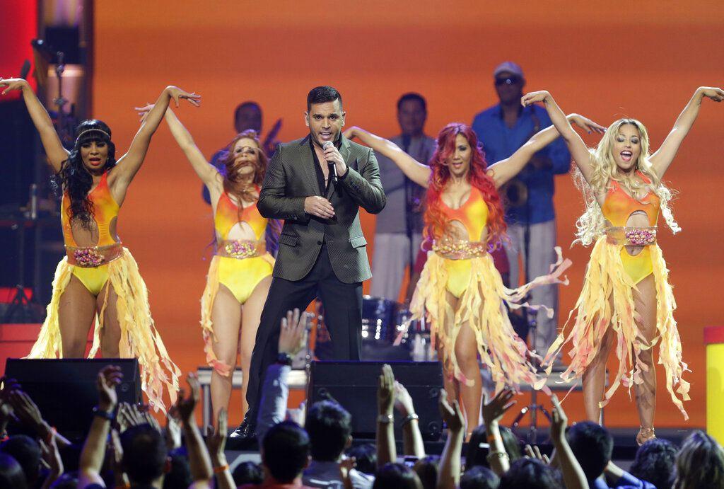 """En esta foto del 15 de agosto del 2013, Tito El Bambino actúa en la ceremonia de los Premios Tu Mundo de Telemundo en Miami. El cantante puertorriqueño lanzó el viernes 31 de mayo del 2019 """"Pega pega"""", el primer sencillo del que será su primer álbum en cinco años. (AP Foto/Wilfredo Lee, Archivo)"""